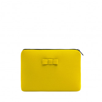 The yellow Discrète pouch, seen or not to be seen, that's the question